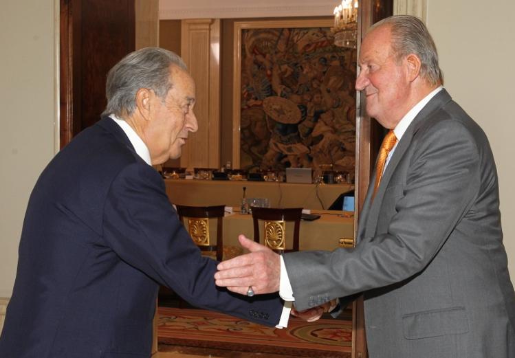 El entonces Rey Juan Carlos recibe a Villar Mir (2014).
