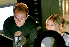 Michael Keaton (Jonathan Rivers), Deborah Kara Unger (Sarah Tate) en White Noise