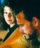 Matt Dillon y Marisa Tomei en la barra de un bar en Factótum