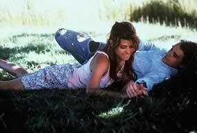 Natalie y Frank félices sobre la hierba fresca