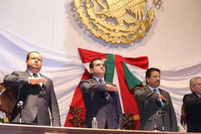 Silvano Aureoles Congreso saludo Bandera