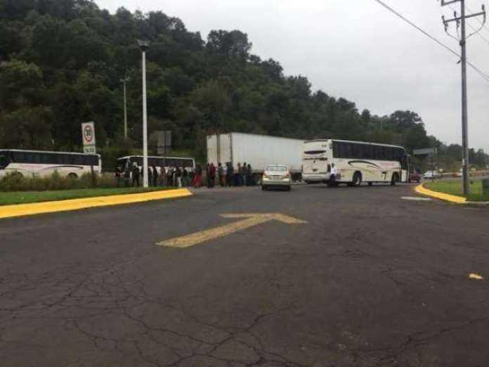 Normalistas secuestran cinco autobuses