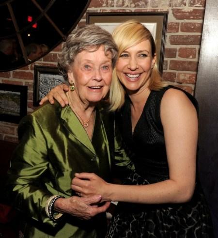 La verdadera Lorraine Warren junto a Vera Farmiga