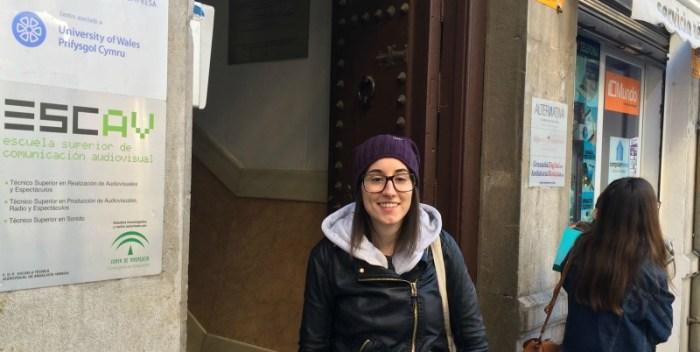 Laura Sánchez León en la puerta de ESCO. Foto: Amira Yousef