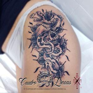 tatuaje serpiente calavera mujer blanco y negro madrid