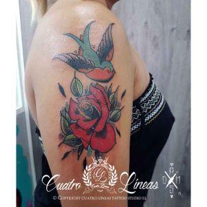 tatuaje rosa y golondrina al estilo old school en madrid carabanchel c