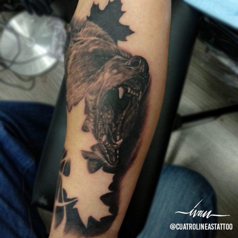 tatuaje oso realista en madrid cuatro lineas tattoo estudio madrid carabanchel, tatuaje lobo en brazo, tatuaje realista, en madrid carabanchel junto al metro oporto, tatuaje a blanco y negro