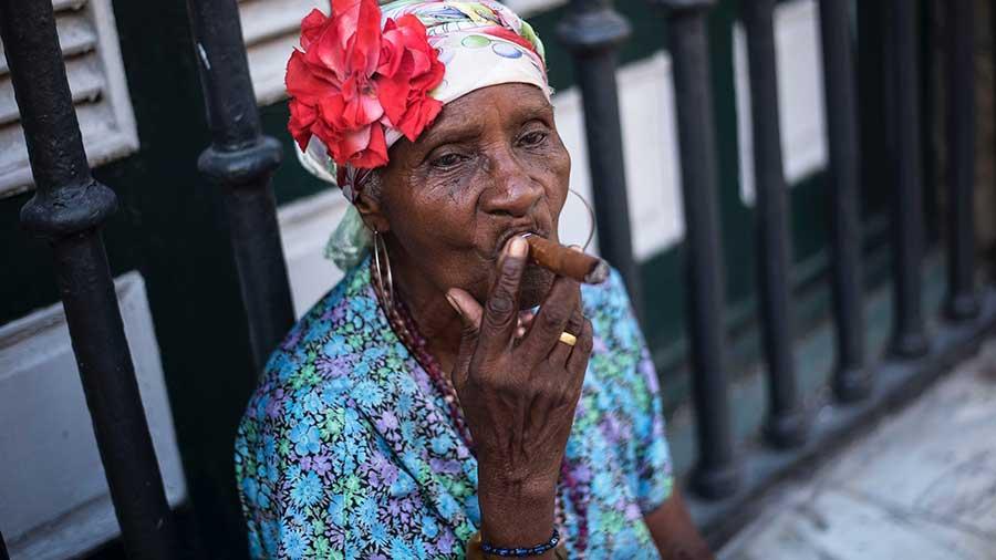 Alte Kubanerin Raucht Eine Zigarre