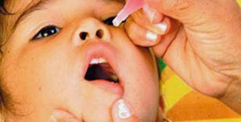 Niño cubano recibiendo vacuna antipolio