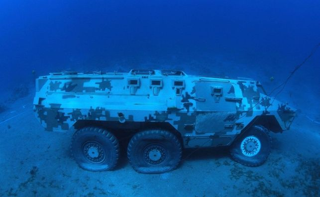 Vehículo militar hundido para bucear