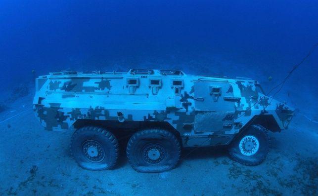 vehiculo militar hundido para bucear