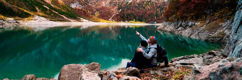 pareja abrazada frenta a un lago observando el paisaje durante la excursion en cuba