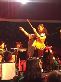 Floraimed conduciendo orquesta infantil