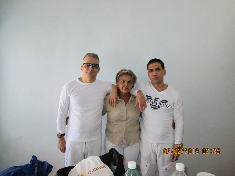 Julia Estrella Aramburo (centro), junto a Maykel Delgado Aramburo (izq)  y Harold Alcalá Aramburo