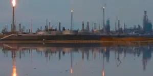 "El Nacional: ""Casi 100 mil barriles diarios de petróleo van de contrabando a Cuba"""
