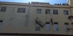 Bomberos rescatan a dos trabajadores en hospital de La Habana