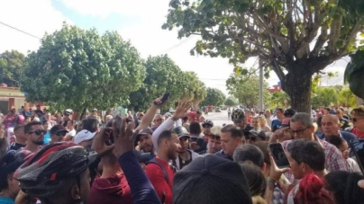 """""""¡Queremos comercio!"""": protesta masiva en Santa Clara por cierre de la """"candonga"""""""