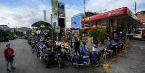 Venezolanos toman las calles en plena cuarentena por falta de combustible