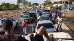 """¡Que nos manden gasolina!"": venezolanos en las calles por escasez de combustible"