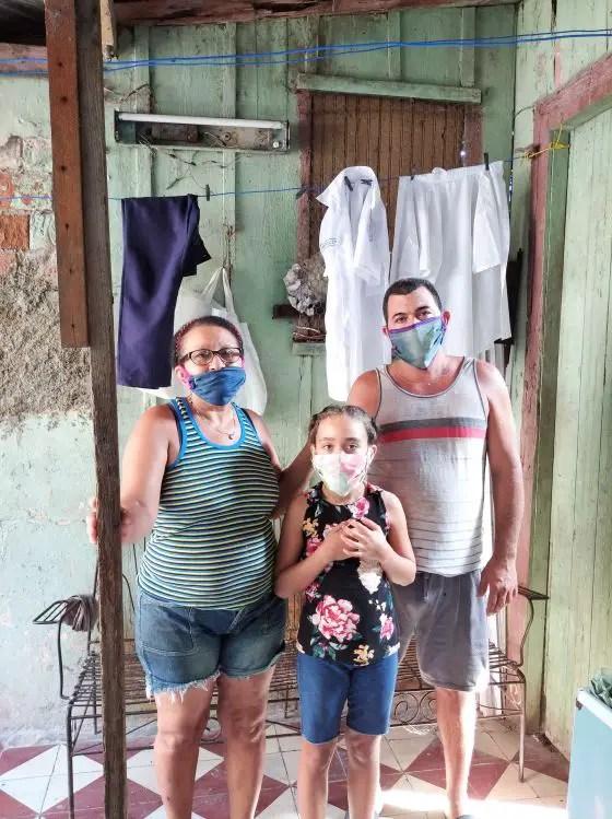 Maribel, su esposo y una de sus hijas