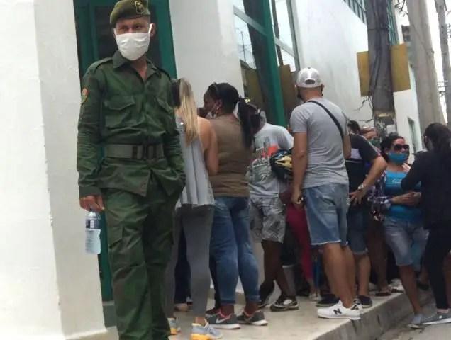 Cuba colas cola tienda tiendas dólares divisas dólar fincimex embargo bloqueo