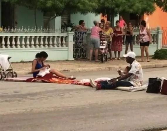 Familia cubana protesta frente a sede del Partido en Morón