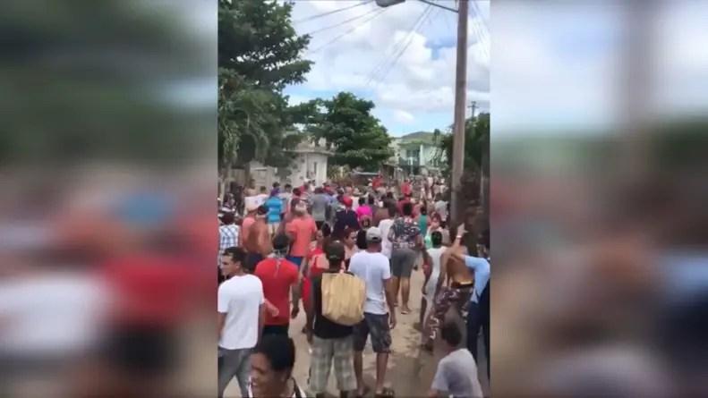 Holguineros se rebelan contra la policía tras arresto de vendedora