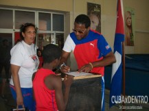 Sotomayor firmando un autógrafo a un niño.