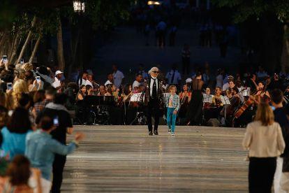 Karl Lagerfeld durante el desfile en el Paseo del Prado habanero
