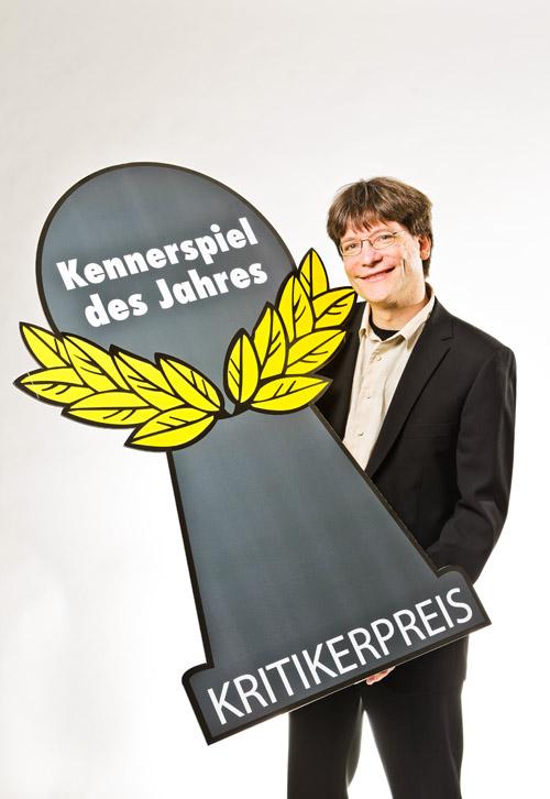 Bernhard Löhlein, portavoz del jurado del Spiel des Jahres con el nuevo premio (de color gris)