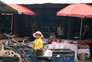 china-lijiang-by-lindsey-weaver-little-girl-in-the-market