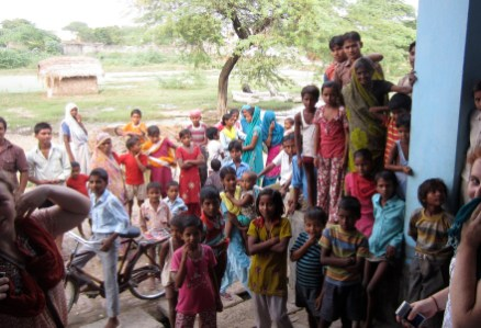 india-aligarh-by-sit-students-with-group-of-children1