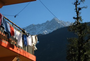 india-dharamsala-by-lindsey-weaver-mountain-and-laundry-20061