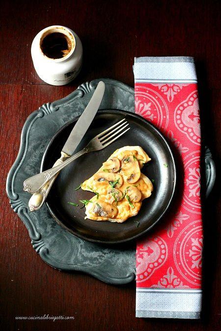 Petto di pollo al cartoccio con salsa alla senape e funghi