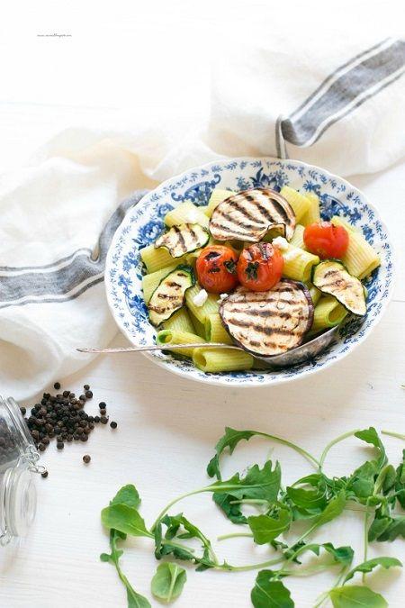 Pasta fredda con pesto di rucola e ricotta e verdure grigliate