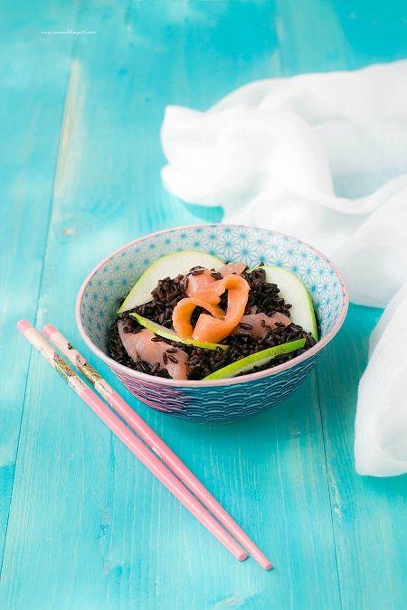 Insalata di riso venere con salmone mela verde e zenzero
