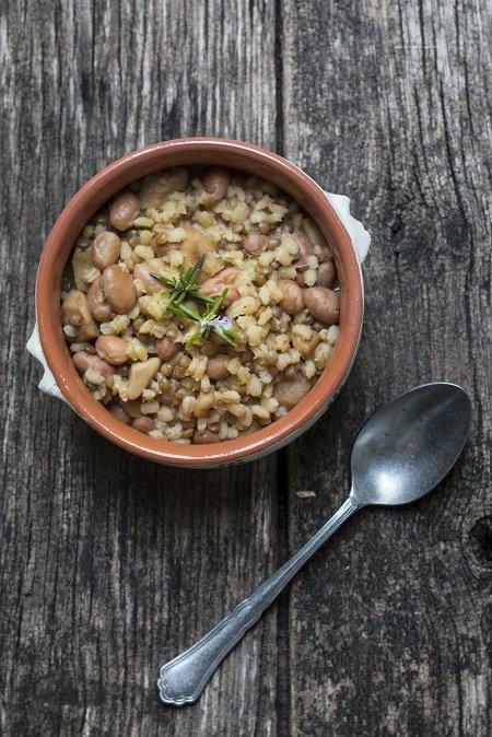 Zuppa di orzo perlato lenticchie fagioli e funghi