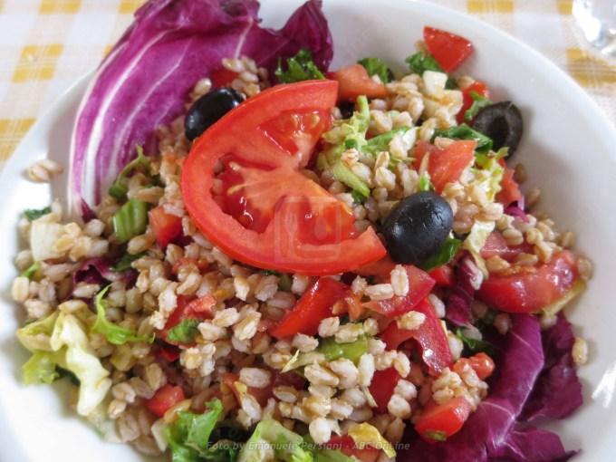 insalata di farro con pomodori olive