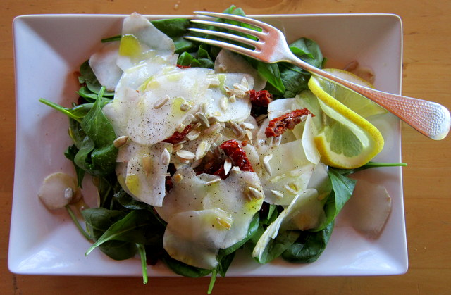 Insalata di spinaci, topinambur, pomodori secchi e semi di girasole.