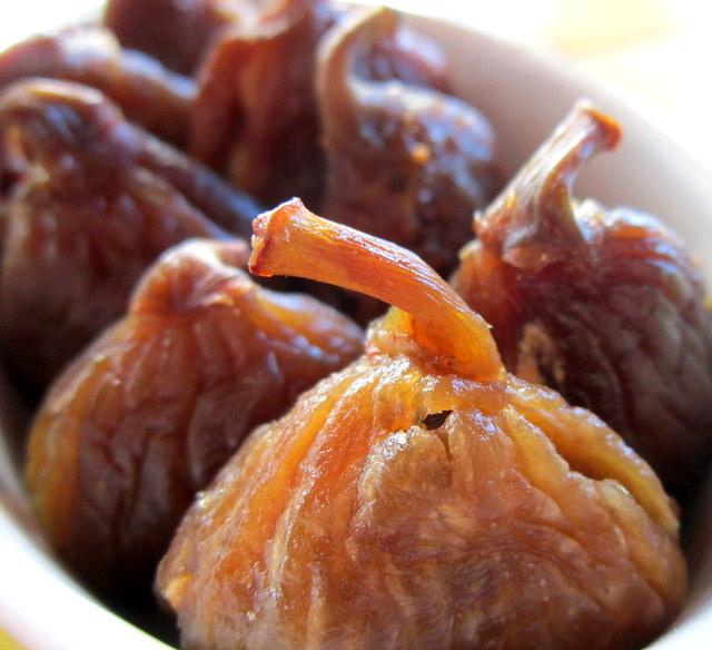 Fichi secchi farciti. Finger food per dessert.