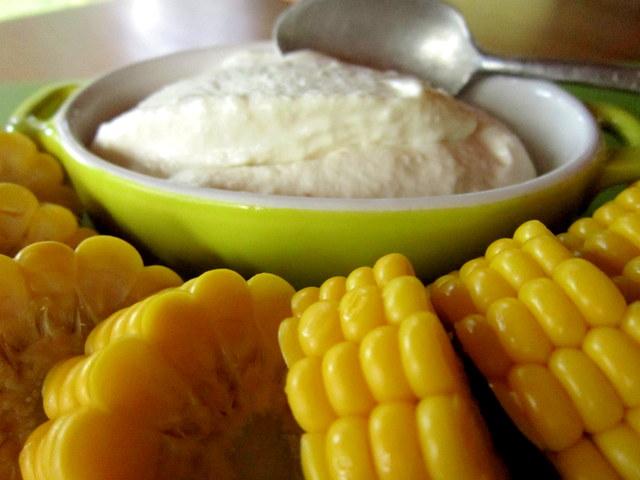 Pannocchie di mais bollite con panna acida vegetale