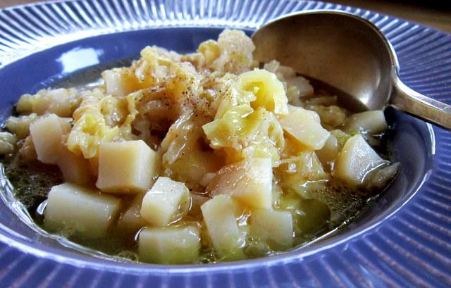 Verza e patate, una zuppa di pochi ingredienti e molto sapore.