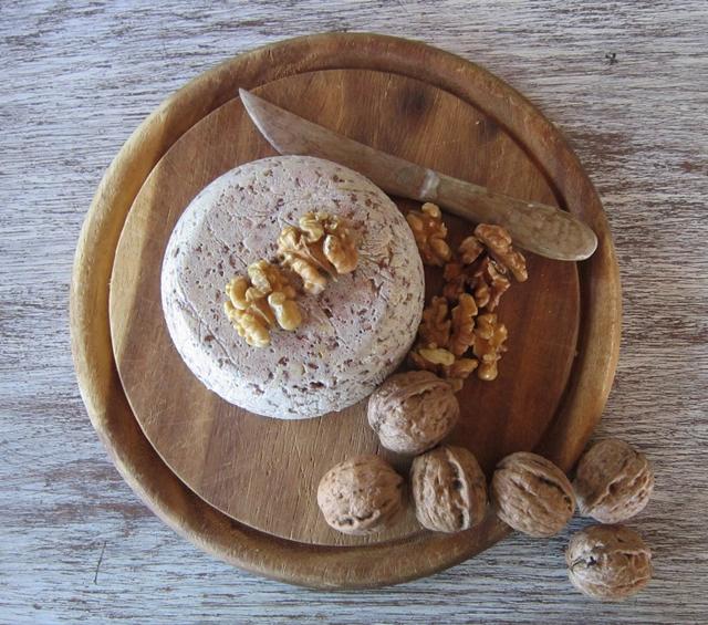 Formaggio vegan alle noci con semi di girasole e di lino