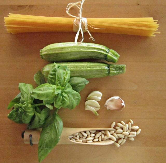 Spaghetti di mais con crema di pinoli e zucchine