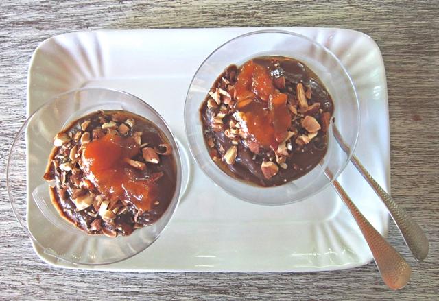 Coppa di cioccolato con confettura di albicocca e mandorle tostate