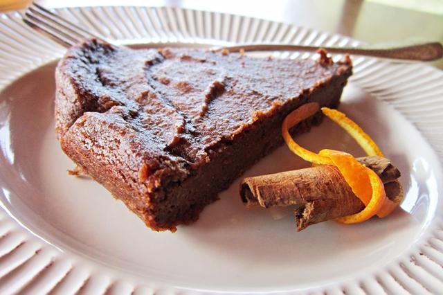 Torta di ricotta di canapa al cioccolato, profumata di arancia e cannella