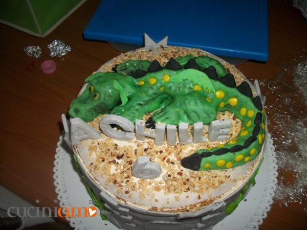 Torta con drago sulla torre