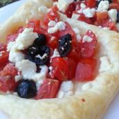 Sfogliatine con pomodorini, feta e olive nere