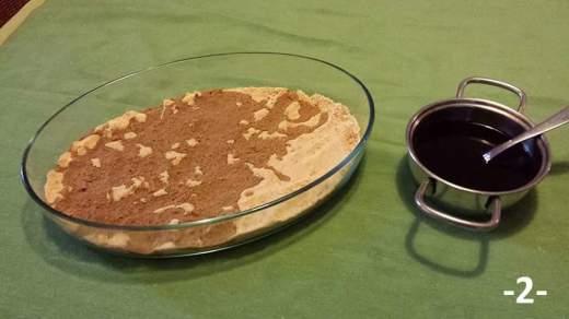 Sbriciolare i biscotti secchi e bagnarli col caffè