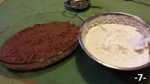Preparare la crema col mascarpone, zucchero a velo e panna